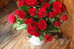 Η ανθοδέσμη των κόκκινων τριαντάφυλλων σε ένα βάζο Στοκ Εικόνα