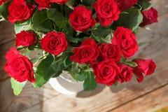 Η ανθοδέσμη των κόκκινων τριαντάφυλλων σε ένα βάζο Στοκ Φωτογραφία