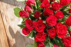Η ανθοδέσμη των κόκκινων τριαντάφυλλων σε ένα βάζο Στοκ Εικόνες