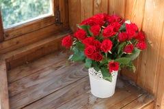 Η ανθοδέσμη των κόκκινων τριαντάφυλλων σε ένα βάζο Στοκ εικόνες με δικαίωμα ελεύθερης χρήσης