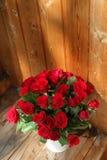 Η ανθοδέσμη των κόκκινων τριαντάφυλλων σε ένα βάζο Στοκ φωτογραφία με δικαίωμα ελεύθερης χρήσης