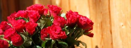 Η ανθοδέσμη των κόκκινων τριαντάφυλλων σε ένα βάζο Στοκ Φωτογραφίες