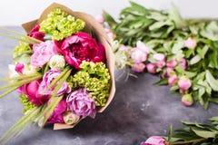 Η ανθοδέσμη των ρόδινων peonies στο λευκό το κιβώτιο Ακόμα ζωή με τα ζωηρόχρωμα λουλούδια Φρέσκα peonies τοποθετήστε το κείμενο Έ στοκ φωτογραφία με δικαίωμα ελεύθερης χρήσης