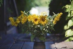 η ανθοδέσμη χρωματίζει αρμονικό διατηρημένο vase ηλίανθων Στοκ φωτογραφία με δικαίωμα ελεύθερης χρήσης