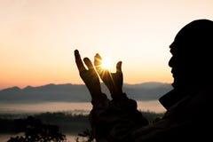 Η ανθρώπινη ανοικτή παλάμη χεριών λατρεύει επάνω Η θεραπεία Eucharist ευλογεί το Θεό που βοηθά να μετανοήσει το καθολικό παραχωρή στοκ φωτογραφία
