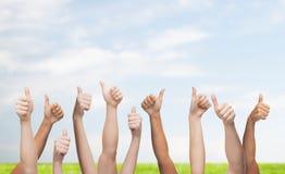 Η ανθρώπινη παρουσίαση χεριών φυλλομετρεί επάνω Στοκ Εικόνα