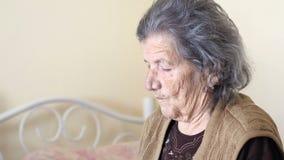 η ανθυγειινή ηλικιωμένη γυναίκα παίρνει την υποστήριξη για την κατανάλωση, τροφή από την κόρη απόθεμα βίντεο
