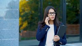 Η ανικανοποίητη επιχειρησιακή γυναίκα μιλά στο τηλέφωνο και εκφράζει τη διαφωνία της Η άρνηση, που απορρίπτει, διαφωνεί, πορτρέτο απόθεμα βίντεο