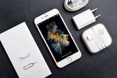 Η ανοιγμένη νέα Apple αυξήθηκε χρυσό iPhone 6S Στοκ φωτογραφία με δικαίωμα ελεύθερης χρήσης
