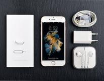 Η ανοιγμένη νέα Apple αυξήθηκε χρυσό iPhone 6S Στοκ εικόνες με δικαίωμα ελεύθερης χρήσης
