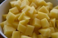 Η ανοικτό κίτρινο πατάτα κυβίζει τις μπριζόλες στοκ εικόνες