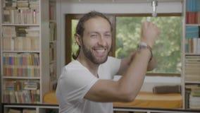 Η αντίδραση του ευτυχούς νέου επιτυχούς επιχειρησιακού ατόμου που εκφράζει το επίτευγμα με τον αστείο χορό κινείται - απόθεμα βίντεο