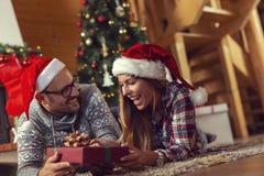 Η ανταλλαγή ζεύγους παρουσιάζει στο πρωί Χριστουγέννων στοκ εικόνα με δικαίωμα ελεύθερης χρήσης