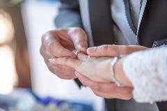 Η ανταλλαγή του γάμου χτυπά ahnd υπό εξέταση στοκ εικόνες με δικαίωμα ελεύθερης χρήσης