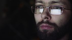 Η αντανάκλαση στα γυαλιά του ατόμου απόθεμα βίντεο
