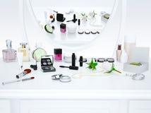 Η αντανάκλαση στον καθρέφτη Οι κρέμες, μπουκάλι αρώματος, ετοιμάζουν Στοκ Φωτογραφία