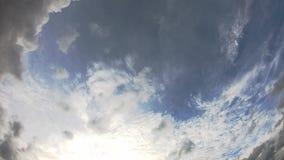 Η αντανάκλαση του ήλιου και τα σύννεφα κινούνται γρήγορα στον ουρανό απόθεμα βίντεο