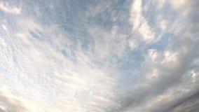 Η αντανάκλαση του ήλιου και τα σύννεφα κινούνται γρήγορα στον ουρανό φιλμ μικρού μήκους