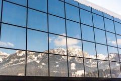 Η αντανάκλαση των βουνών σε ένα κτήριο γυαλιού - σταθμός Hauser Kaibling σκι ένα από τα τοπ χιονοδρομικά κέντρα της Αυστρίας σύνδ στοκ εικόνες