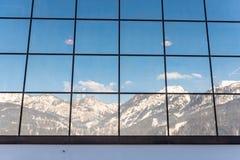 Η αντανάκλαση των βουνών σε ένα κτήριο γυαλιού - σταθμός Hauser Kaibling σκι ένα από τα τοπ χιονοδρομικά κέντρα της Αυστρίας σύνδ στοκ φωτογραφίες με δικαίωμα ελεύθερης χρήσης