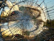 Η αντανάκλαση πόλεων σε έναν σπασμένο καθρέφτη Στοκ φωτογραφία με δικαίωμα ελεύθερης χρήσης