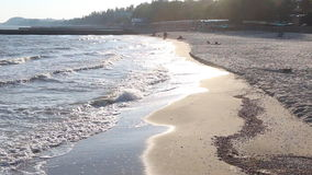 Η αντανάκλαση του ήλιου βραδιού στα κύματα της θάλασσας Azov απόθεμα βίντεο