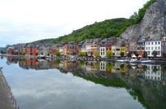 Η αντανάκλαση των ζωηρόχρωμων παραδοσιακών αρχιτεκτονικών στον ποταμό Μάας σε Dinant Στοκ εικόνα με δικαίωμα ελεύθερης χρήσης