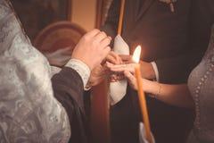 Η ανταλλαγή των δαχτυλιδιών κατά τη διάρκεια ενός ορθόδοξου γάμου στοκ εικόνα με δικαίωμα ελεύθερης χρήσης