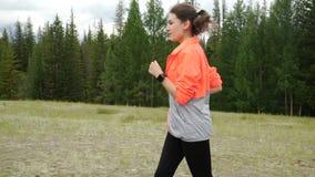 η αντοχή έννοιας περιοχής που ασκεί το δασικό υγιή μαραθώνιο τρόπου ζωής ικανότητας τρέχει την τρέχοντας εκπαιδευτική γυναίκα ιχν φιλμ μικρού μήκους
