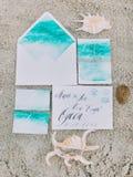 Η ανωτέρω άποψη της σύνθεσης αποτελέσθηκε από τις χρωματισμένες επιστολές στην άμμο κοντά στα κοχύλια Στοκ Φωτογραφία