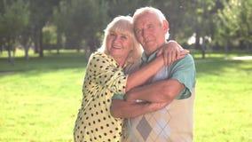 Η ανώτερη γυναίκα αγκαλιάζει τον άνδρα απόθεμα βίντεο