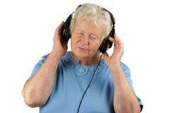 Η ανώτερη γυναίκα απολαμβάνει τη μουσική στοκ φωτογραφίες