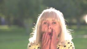 Η ανώτερη γυναίκα είναι φοβησμένη απόθεμα βίντεο