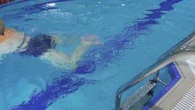 Η ανώτερη γυναίκα κολυμπά στη λίμνη με τον ειδικό εξοπλισμό απόθεμα βίντεο