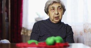 Η ανώτερη γυναίκα με τις βαθιές ρυτίδες μιλά στο σπίτι απόθεμα βίντεο