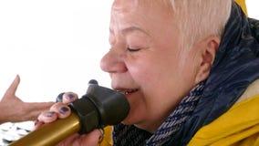 Η ανώτερη γυναίκα μιλά loudhailer bullhorn την κινηματογράφηση σε πρώτο πλάνο απόθεμα βίντεο