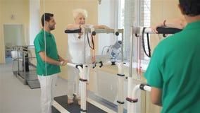 Η ανώτερη γυναίκα πηγαίνει treadmill rehabilition φιλμ μικρού μήκους