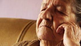 Η ανώτερη ηλικιωμένη γυναίκα παίρνει το δέρμα ρυτίδων ύπνου NAP φιλμ μικρού μήκους