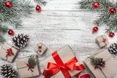 Η ανώτερη, τοπ άποψη, των χριστουγεννιάτικων δώρων σε ένα ξύλινο αγροτικό υπόβαθρο, διακόσμησε με τον αειθαλή κλάδο Στοκ φωτογραφία με δικαίωμα ελεύθερης χρήσης