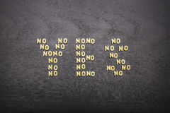 Η απάντηση φιαγμένη ναι επάνω από σύνολο λέξεων όχι, με τις μικρές επιστολές ζυμαρικών σε ένα σκοτεινό υπόβαθρο ενός ξύλινου πίνα Στοκ εικόνα με δικαίωμα ελεύθερης χρήσης