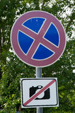 Η απαγορευμένη παύση οδικών σημαδιών είναι απαγορευμένος πυροβολισμός Στοκ Φωτογραφίες