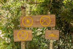 Η απαγόρευση υπογράφει εδώ κοντά έναν ποταμό alejandro de humboldt στο εθνικό πάρκο κοντά στο baracoa Κούβα στοκ εικόνες