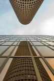 Η απεικόνιση σε μια οικοδόμηση αναθεωρεί ένα άλλο κτήριο στοκ εικόνες με δικαίωμα ελεύθερης χρήσης