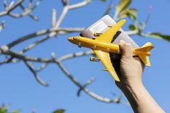 η απεικόνιση σφαιρών έννοιας ανασκόπησης αεροπλάνων που απομονώθηκε λευκό το διακινούμενο Το χέρι μιας γυναίκας που κρατά ένα δια στοκ εικόνες
