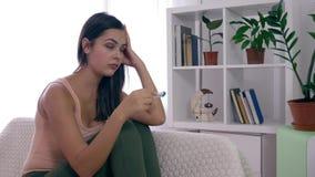Η απελπισμένη εύφορη γυναίκα με τη δοκιμή εγκυμοσύνης ανατρέπεται από το θετικό αποτέλεσμα στο εσωτερικό απόθεμα βίντεο