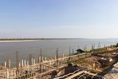 Η αποβάθρα εκτός από Mekong τον ποταμό κοντά στα σύνορα μεταξύ της Ταϊλάνδης Στοκ Φωτογραφία