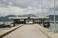 Η αποβάθρα Manok για τη βάρκα υπηρεσιών χρήσης επιβατών πηγαίνει στο phuket και Koh Στοκ Εικόνα