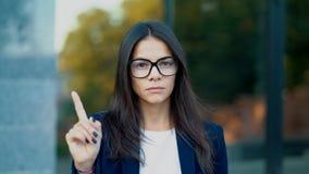Η αποδοκιμασία επιχειρησιακών γυναικών χωρίς το σημάδι χεριών κάνει τη χειρονομία δάχτυλων άρνησης Η άρνηση, που απορρίπτει, διαφ απόθεμα βίντεο