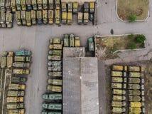 Η αποθήκη εμπορευμάτων των θωρακισμένων αυτοκινήτων από τον κηφήνα στοκ φωτογραφία με δικαίωμα ελεύθερης χρήσης