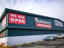 Η αποθήκη εμπορευμάτων Bunnings, είναι ένα διεθνές κατάστημα οικιακού υλικού, η εικόνα παρουσιάζει κτήριο καταστημάτων στη μασκότ στοκ εικόνα